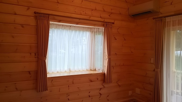 出窓 カーテン ログハウス