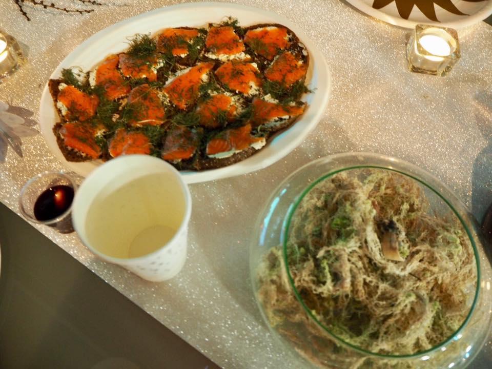 左はフィンランドの定番サーモンサンドイッチ。右は白い苔を乾燥したものだそう。