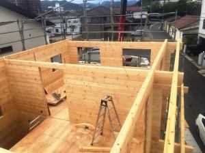 ④2階ログ壁がほぼ組み終わりました。