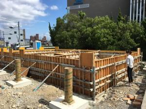 基礎コンクリートの養生中です。手前の丸い基礎はテラスの柱用です。